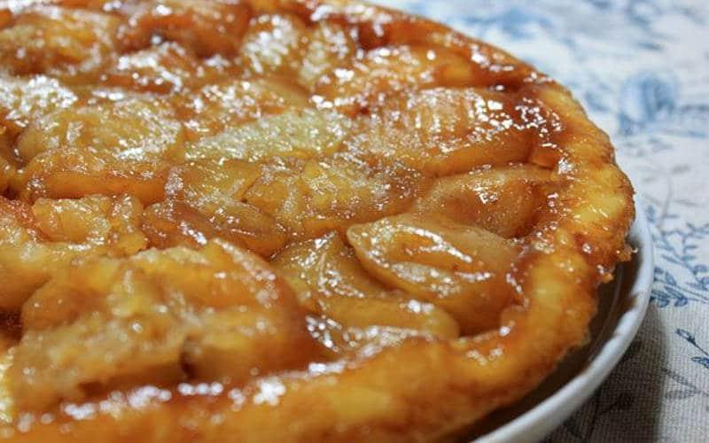 Faire fondre le sucre avec le beurre à feu doux dans une casserole à parois hautes et laisser caraméliser.