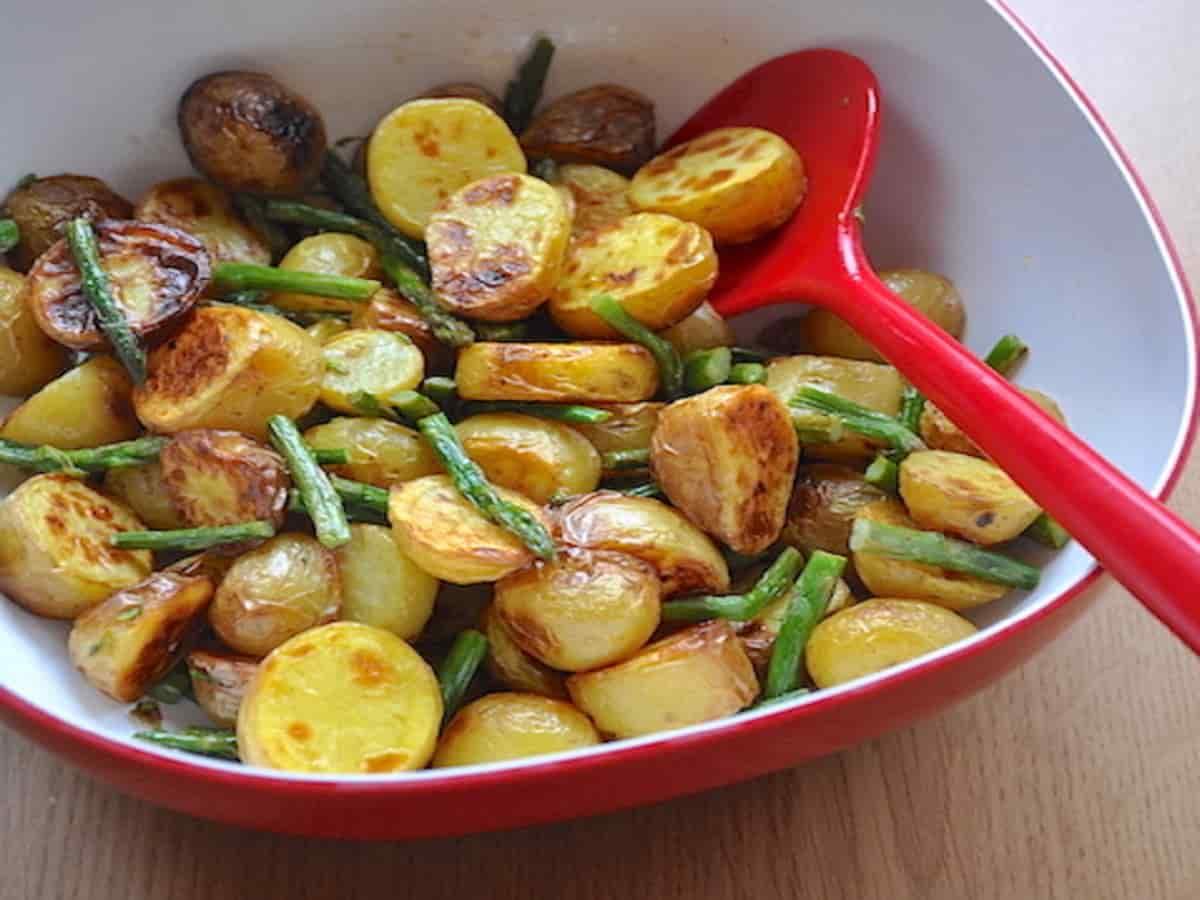 Pommes de terre et asperges cuites au four