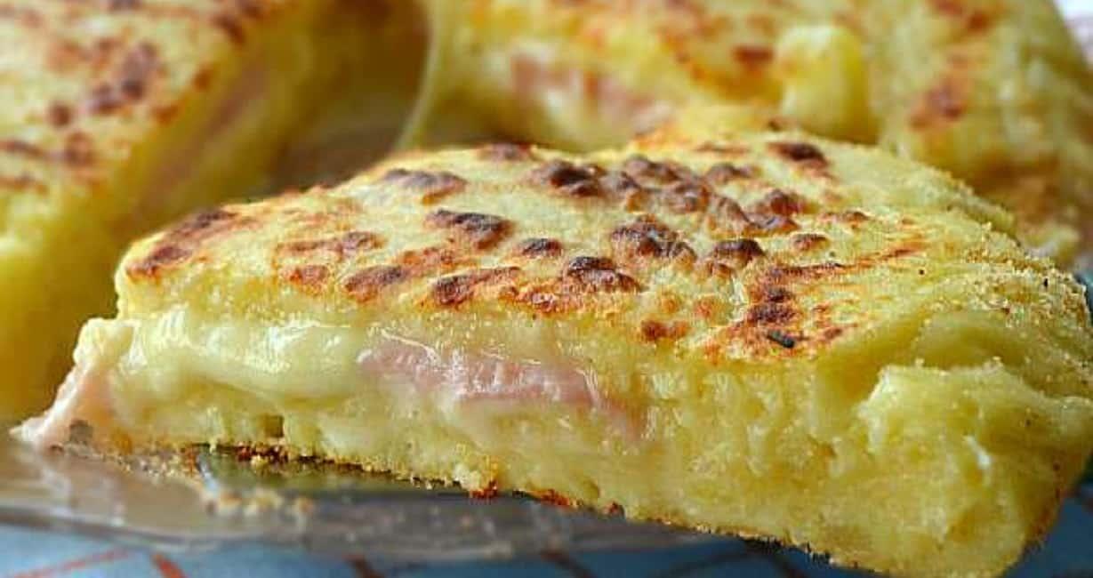Pizza napolitaine aux pommes de terre avec jambon et fromage