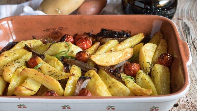 Pommes de terre au four avec oignons et tomates