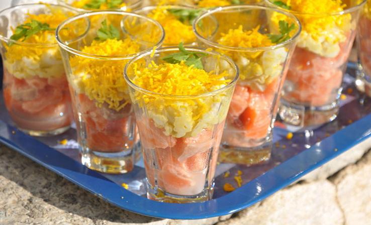 Tartare de saumon et œufs mimosa en verrines